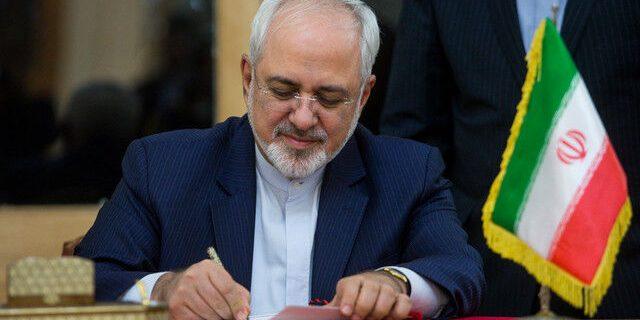 پیام توییتری ظریف: بیایید ۲۰۲۱ را سال صلح و آرامش کنیم